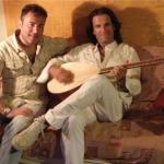 2013. Με το μουσικό ερευνητή και στιχουργό Κώστα Μπαλαχούτη σε στιγμές έμπνευσης, στο στούντιο του «Χάριν Ευφωνίας». 2013. Με